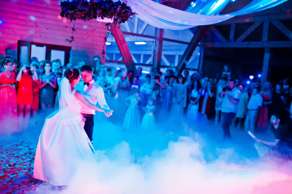 Brudepar danser brudevals